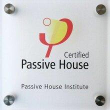 minősített passzívház tábla