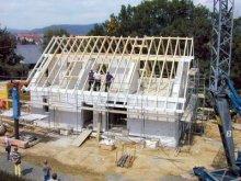 Der Dachstuhl des Hauses aus Holzbalken ist fertig gestellt und auf dem First des Dachstuhls steht noch der geschmückte Baum vom Richtfest. Aufgenommen im Jahr 2000 auf der Baustelle eines Einfamilienhauses im bayerischen Untersteinach. (Serie von zehn Motiven: ba032 bis ba041)